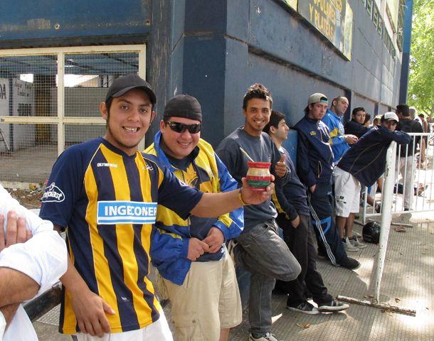 La larga fila esperaba que se habran las boleterías de Génova y Avellaneda. (Foto: A. Celoria)