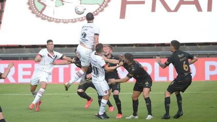 Zahir Mansilla se apresta a sacar la volea para convertir el gol de Newells.