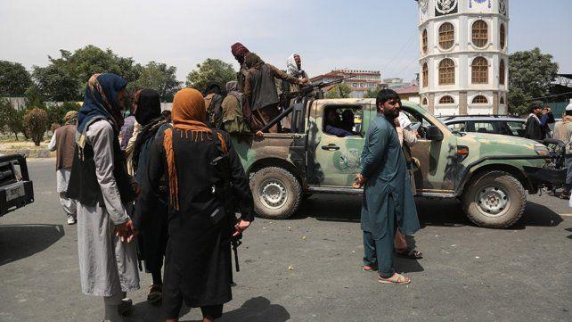 LA TOMA. Fuerzas talibanes recorren las calles para asegurarse el control de las ciudades afganas.