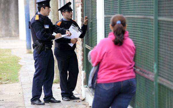El debut. Policías comunitarios dialogando con vecinos de Las Flores
