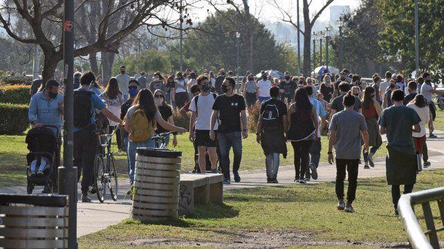 Los infectólogos no quieren que se repitan las aglomeraciones en espacios públicos del último fin de semana