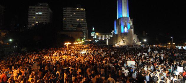 El Monumento a la Bandera se cubrió de caceroleros. (Foto: F. Guillén)