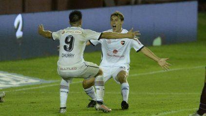 Venga ese abrazo. Cacciabue y Cristaldo celebran el tercer gol leproso en la victoria ante Lanús.