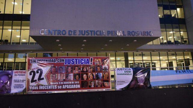 reclamo. Los familiares de las víctimas criticaron el fallo que absolvió a diez de los once imputados.