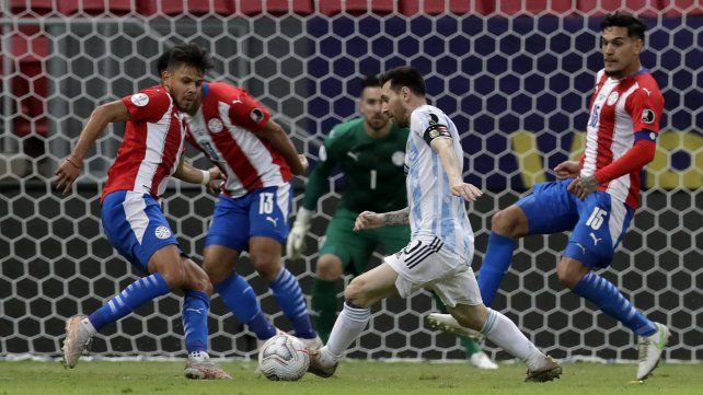 Messi  controla el balón ante la defensa paraguaya. (AP Photo / Eraldo Peres)