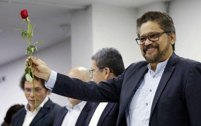 Iván Márquez muestra una rosa