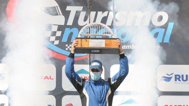 El podio bien cuidado por la nueva dirigencia de la categoría tiene al casildense en el centro disfrutando de su primera victoria en el TN.