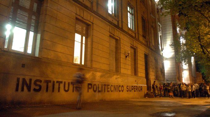 Bajo la lupa.  En el colegio de avenida Pellegrini avanza la investigación. (foto: Gustavo de los Ríos)