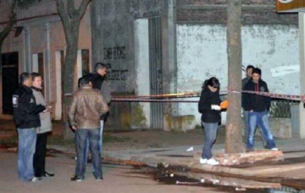 Escena. Agentes de criminalística relevaron el lugar del fatal episodio.