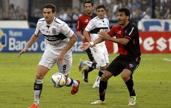Víctor López busca el balón ante el grandote Vegetti.