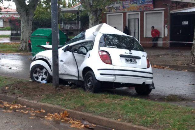 Un joven falleció al estrellarse con su auto contra una columna de la luz en la zona norte