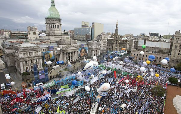 Multitud. Militantes y simpatizantes kirchneristas coparon la plaza frente al Congreso para respaldar a la presidenta.