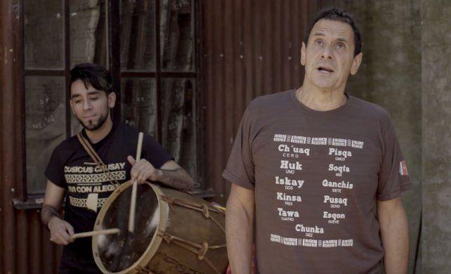 """Rock y folclore. Ricardo Mollo, de Divididos, canta en """"El nombrador""""."""