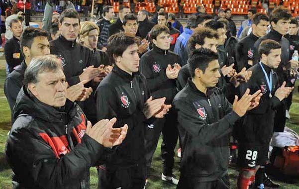 Ejemplo. Los rojinegros aplaudieron cuando Vélez recibió el trofeo. (Foto: S. Suárez Meccia)