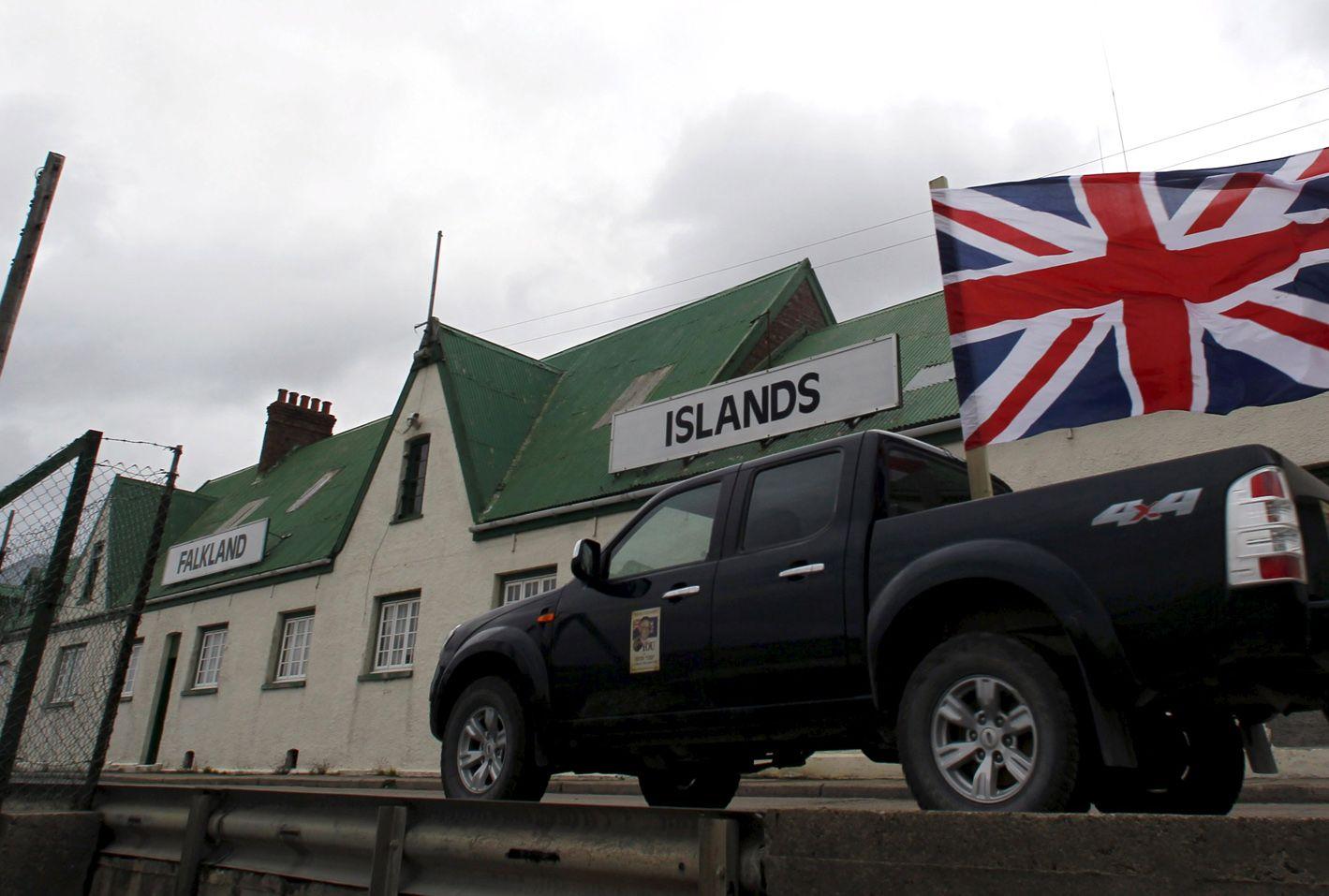 Imperio. Una postal de estos días de las Malvinas. Una camioneta 4x4 es decorada con la bandera de los ingleses.