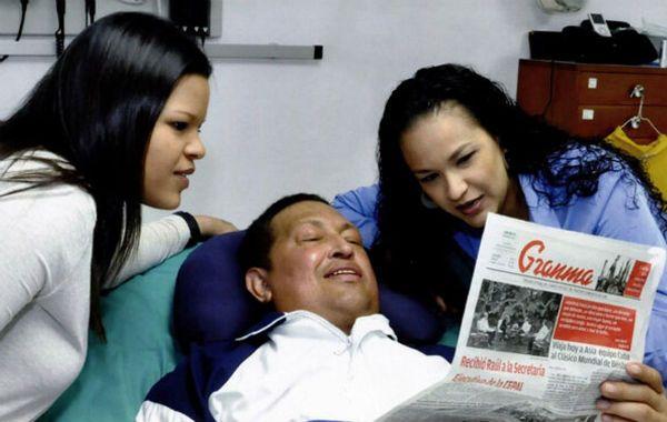Convalecencia. María Gabriela (izquierda) y Rosa Virginia acompañan a su padre en el hospital Cimeq de La Habana.