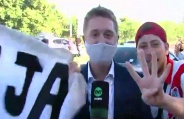 El periodista de TNT Sports Maximliano Grillo fue víctima del robo del celular cuando realizaba una transmisión en vivo.