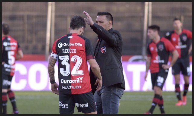 Gamboa felicita a Nacho tras finalizar el partido.