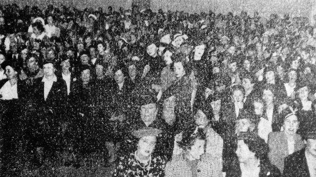 El público que fue a ver a Gabriela Mistral el lunes 4 de abril desbordó el salón de la Escuela Normal Nº 2.