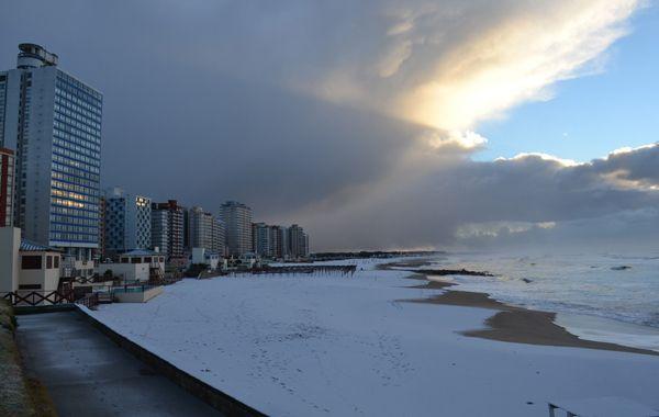 La nieve llegó tras una fuerte granizada ocurrida durante la madrugada.