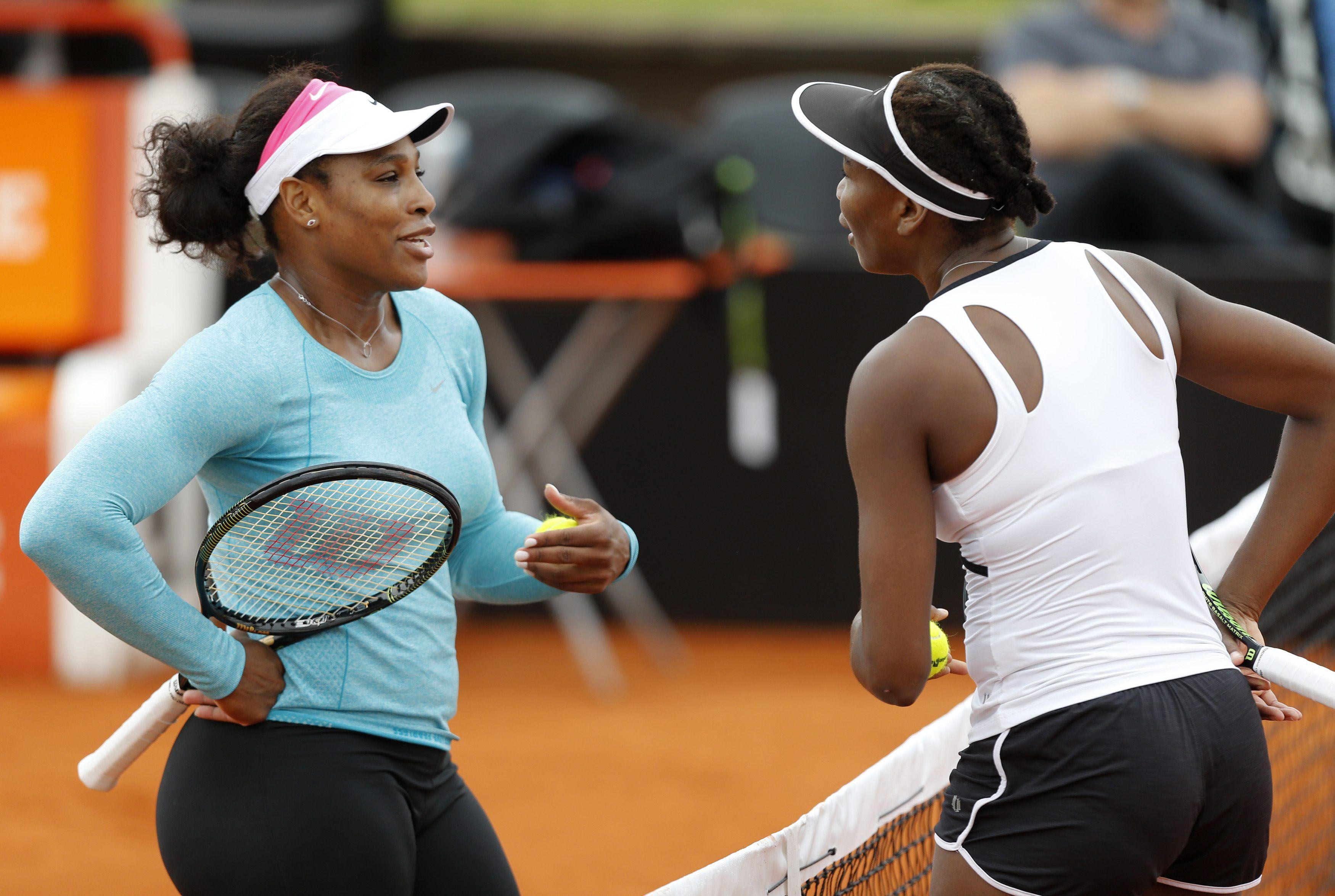 Serena y Venus entrenaron juntas por la mañana a las órdenes de la capitana Mary Joe Fernández. Un rato después hablaron con la prensa.