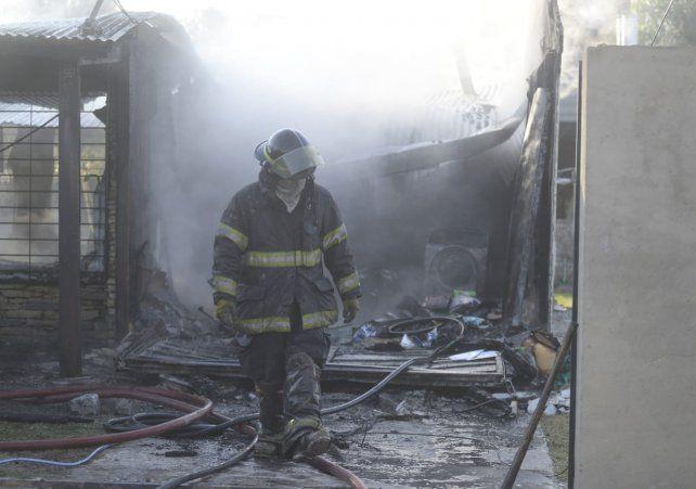 Bomberos Zapadores trabajaron en la vivienda que terminó destruida.
