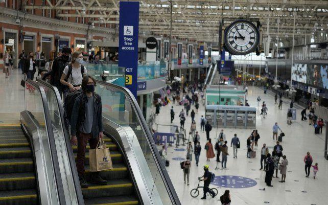 Pasajeros en la estación de tren de Waterloo en Londres