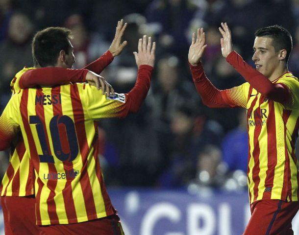 Messi se abraza con sus compañeros en la goleada catalana.