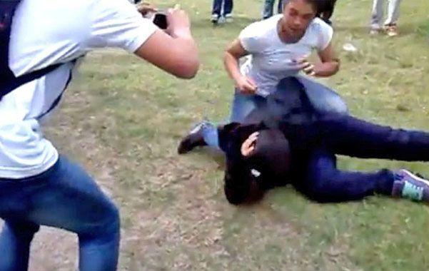 A las piñas. La pelea era arengada y filmada por las compañeras.