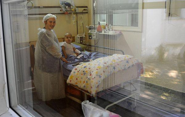 Su ámbito. La chiquita de 2 años en la habitación del Hospital Vilela. Ese día su familia recibía una buena nueva.