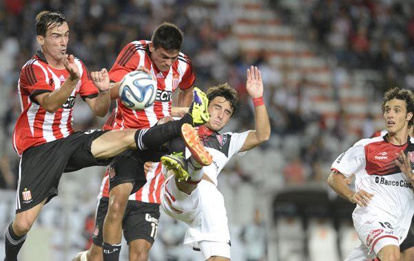 Lucha libre. Muñoz y Orzán disputan una pelota contra dos rivales. Así mordió Newell's. (foto: Gustavo de los Rios)