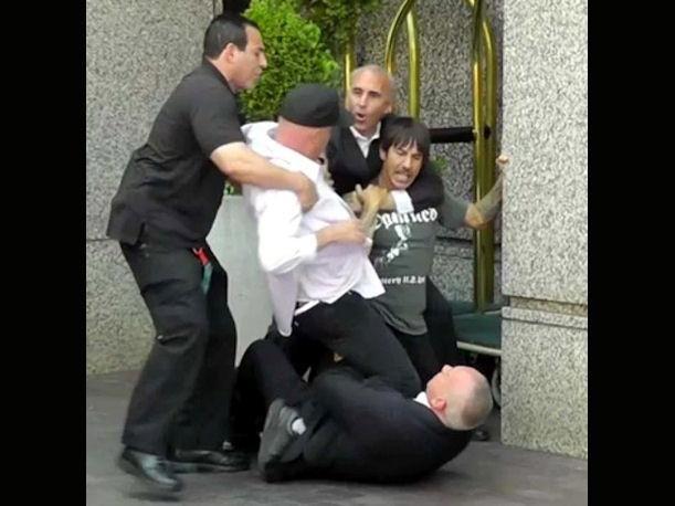 El guardaespaldas confundió al vocalista con un fan