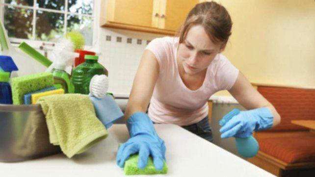 La mujer da consejos en TikTok sobre la limpieza hogareña y suma miles de seguidores.