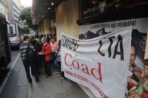Ayer los docentes de la Coad se movilizaron al Teatro Brodway en la apertura del 8º Congreso Iberaamericano de Docencia Universitaria. (Foto: S.Toriggino)