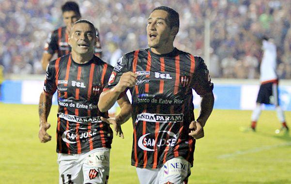 La victoria. Carrasco anotó el segundo gol y lo festeja con Telechea.