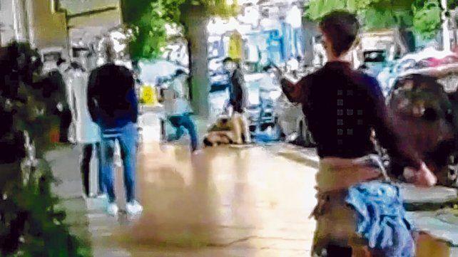 Tras el ataque. El joven quedó tirado en una calle céntrica de la ciudad de Villa Gesell.