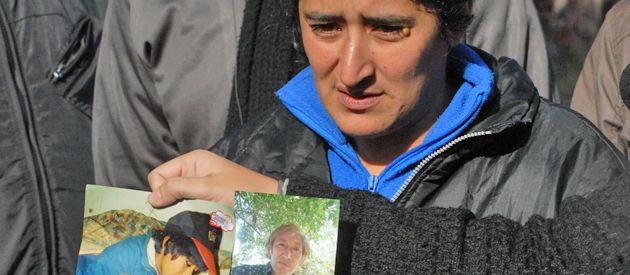 María muestra fotos de dos de sus familiares asesinados en Hudson