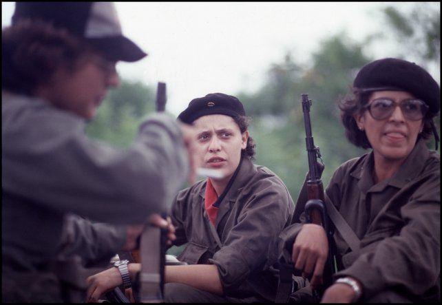 Dora María Tellez (centro) en sus tiempos de comandante guerrillera del Frente Sandinista, cuando combatía a la dictadura de Somoza. Ahora fue detenida por su ex compañero de lucha Daniel Ortega.
