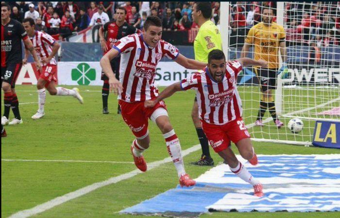Los jugadores tatengues festeja uno de los tantos en el clásico ante Colón.