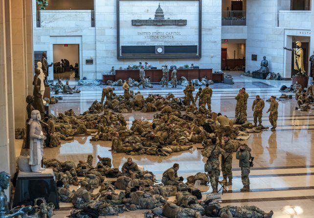 Una escena jama´s vista. Cientos de soldados ocupan uno de los amplios espacios del edificio del Capitolio en Washington.