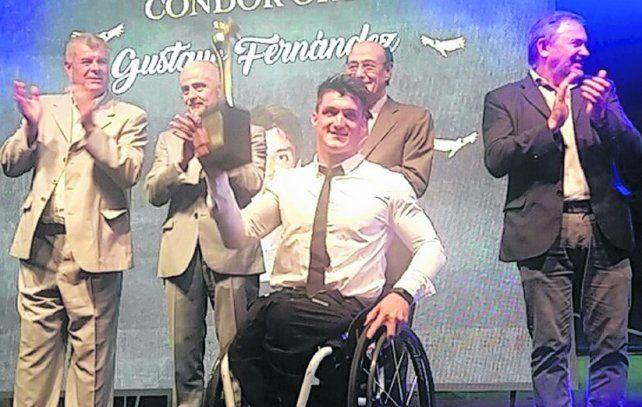Gustavo Fernández. El cordobés de 23 años al recibir el premio en el estadio Mario Kempes.