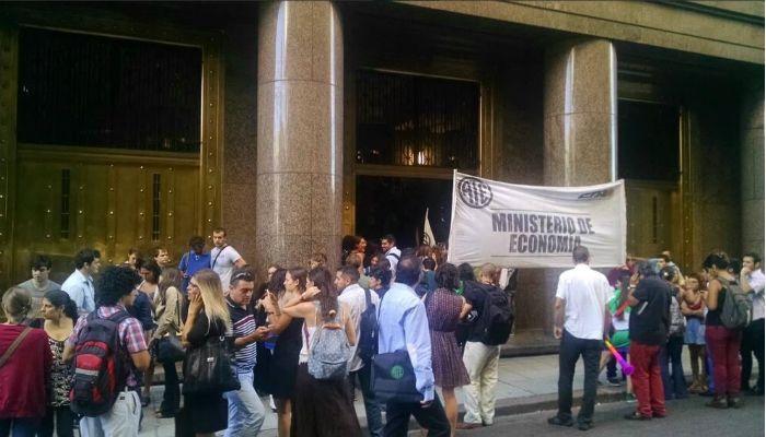 La protesta de los trabajadores se desarrolla en el Ministerio de Economía.