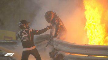 El piloto Grosjean logró salir entre el fuego y los fierros retorcidos tras el choque.