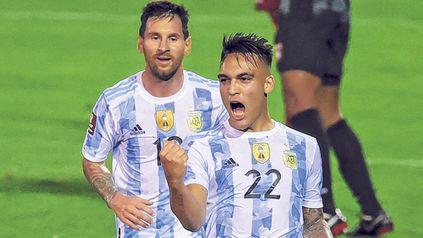 Torazo. Lautaro Martínez grita con todo su gol, el que abrió el camino a la victoria argentina, mientras Messi corre a abrazarlo.
