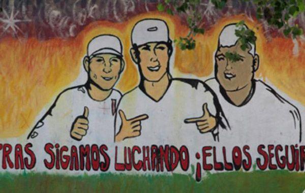 El mural en el barrio recuerda a os chicos muertos. Jere