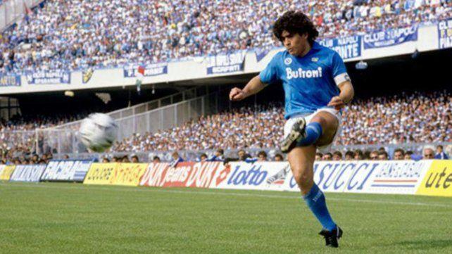 Diego Maradona llegó al Napoli y conmocionó a toda una ciudad. Lo sacó campeón. Jugó entre 1984 y 1991.