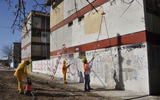 Manos a la obra. Hace unos 15 días los operarios comenzaron a pintar las deterioradas paredes del complejo de viviendas sociales en el Distrito Sur.