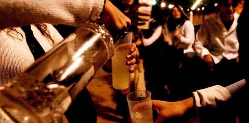 A los especialistas les preocupa el alza sostenida en la proporción de chicas que abusan de las bebidas.