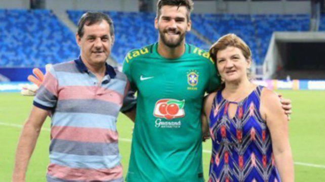 José Agostinho Becker (izquierda) junto a su hijo Alisson y su esposa en la previa de un partido.