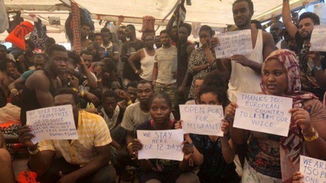 Lampedusa. Los migrantes africanos a bordo del Open Arms piden desembarcar en el puerto italiano.